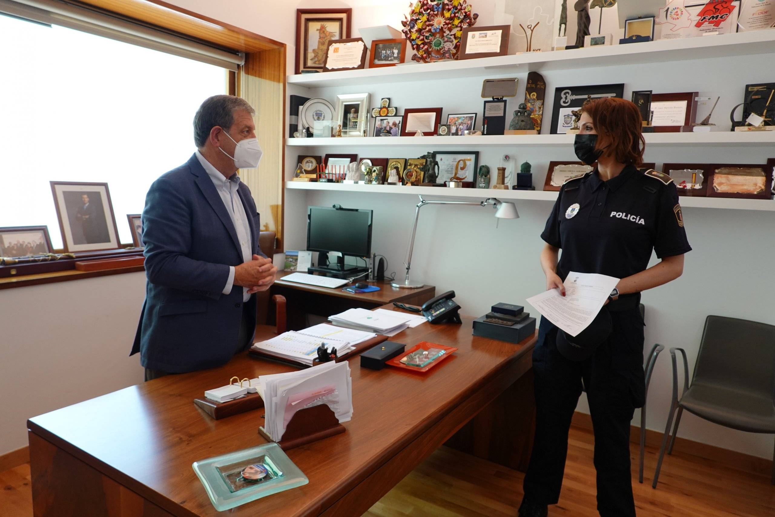 El alcalde junto a la nueva agente de Policía Local.