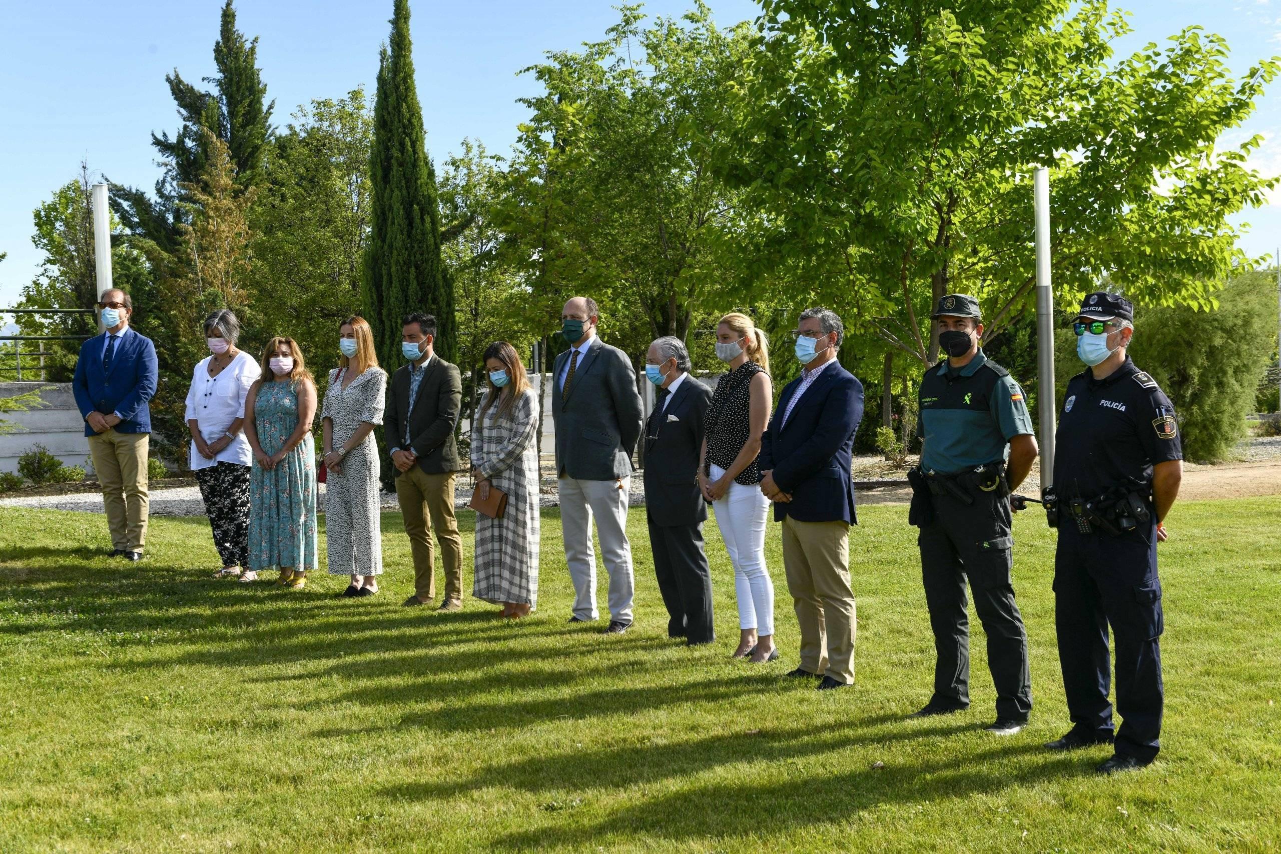 Miembros de la Corporación Municipal junto a representantes de Policía Local y Guardia Civil.