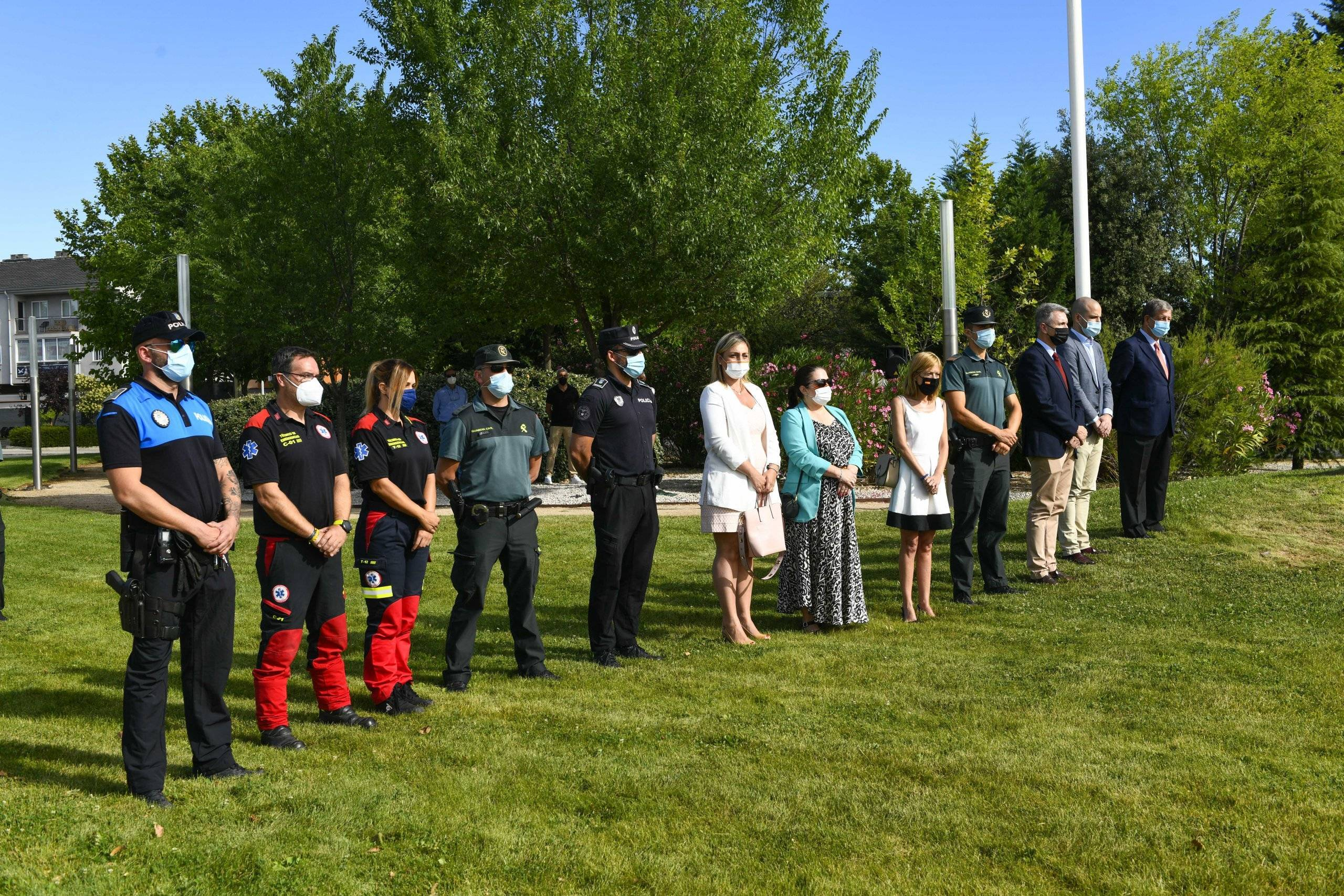 Autoridades y asistentes al acto durante el minuto de silencio.