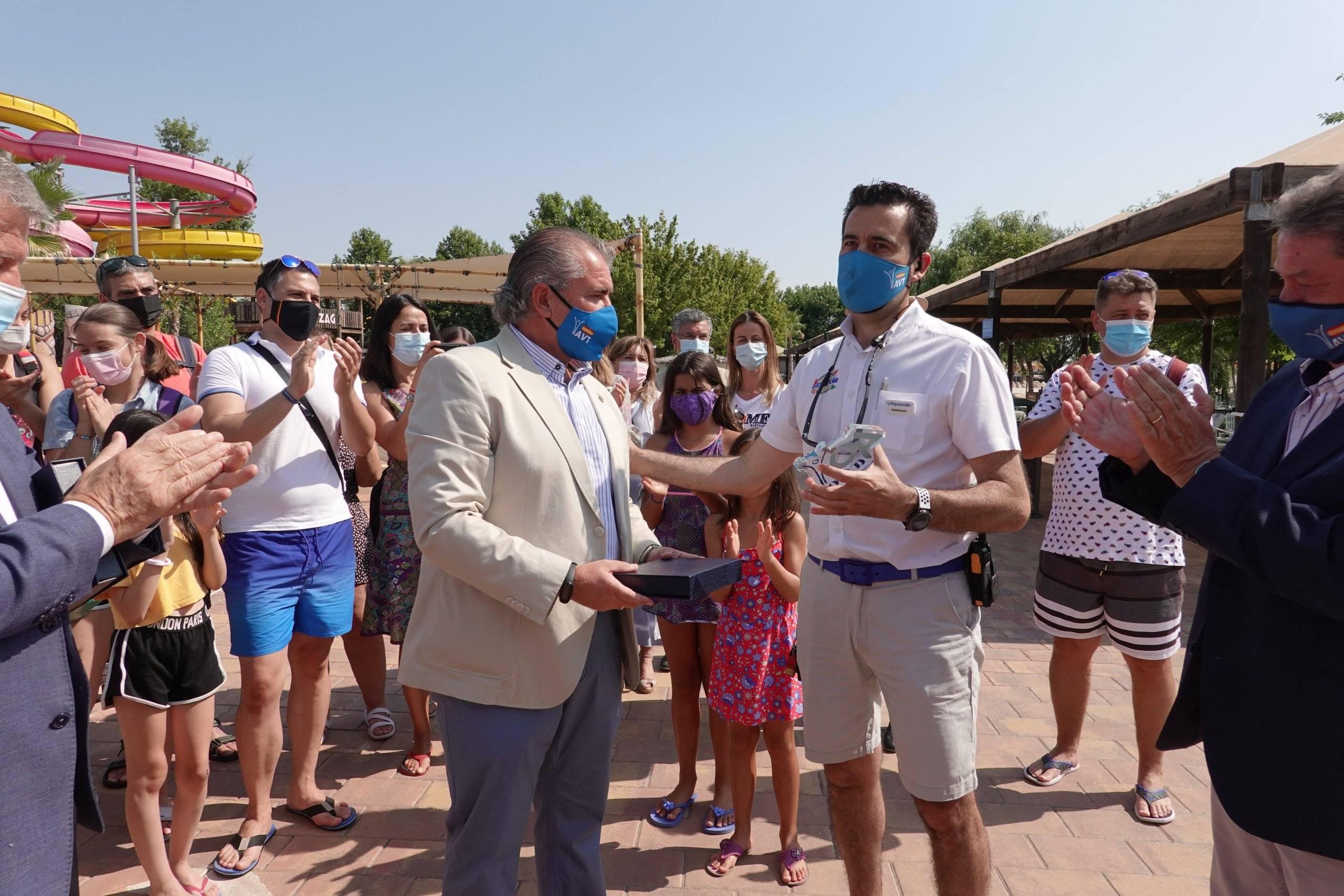 El director de Aquopolis recibiendo el galardón de manos del consejero de la AVT.