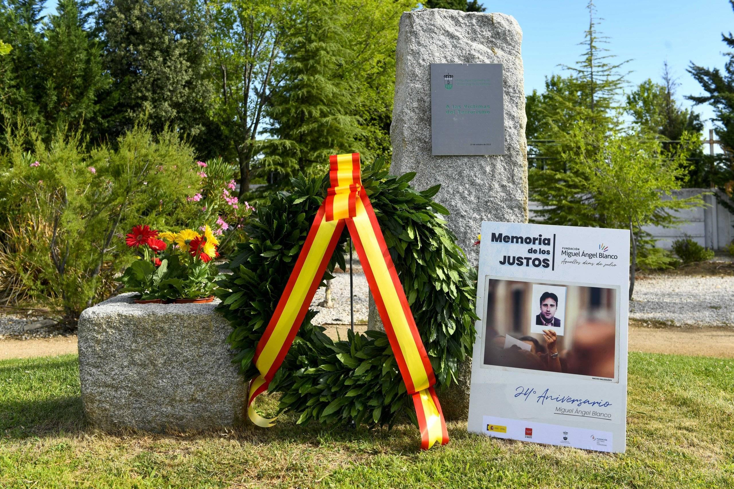 Ofrenda floral en el monumento dedicado a las víctimas del terrorismo.