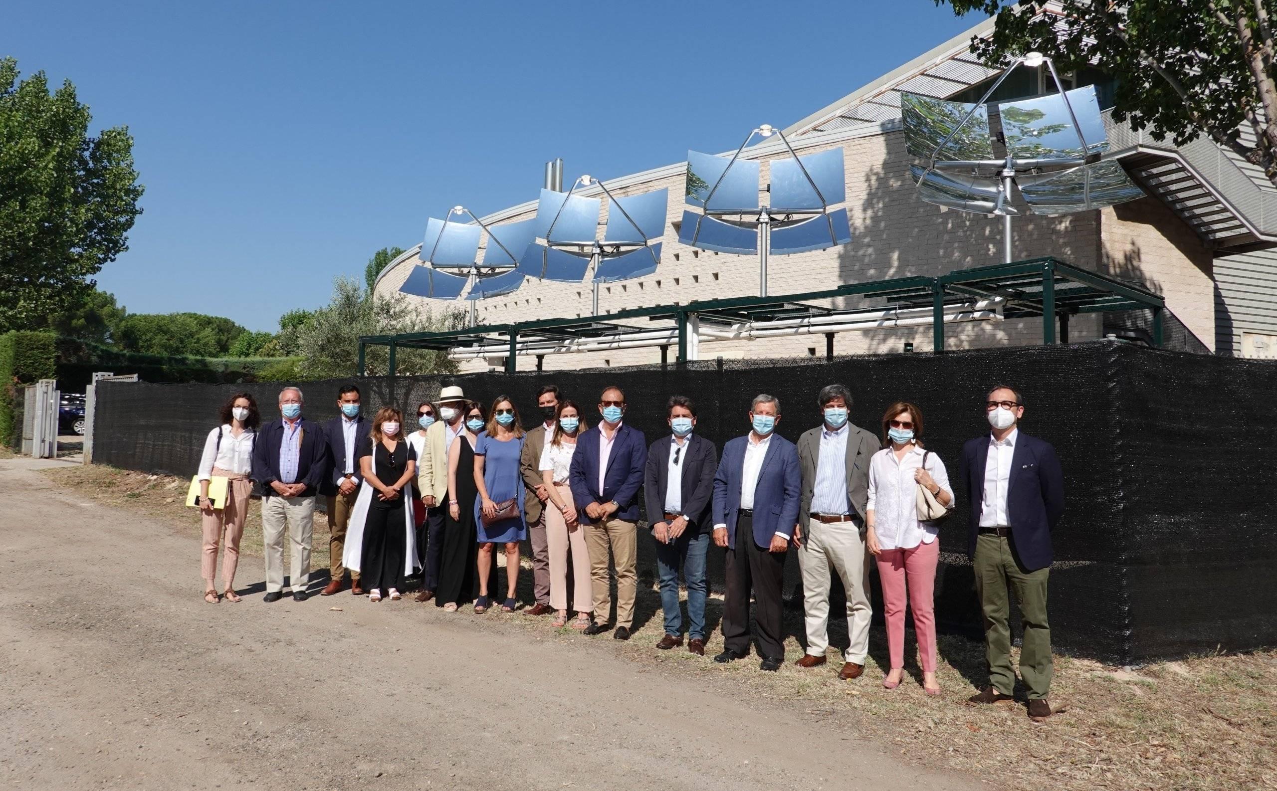 Autoridades y responsables de la empresa TCT en el acto inaugural de la planta de concentradores solares.