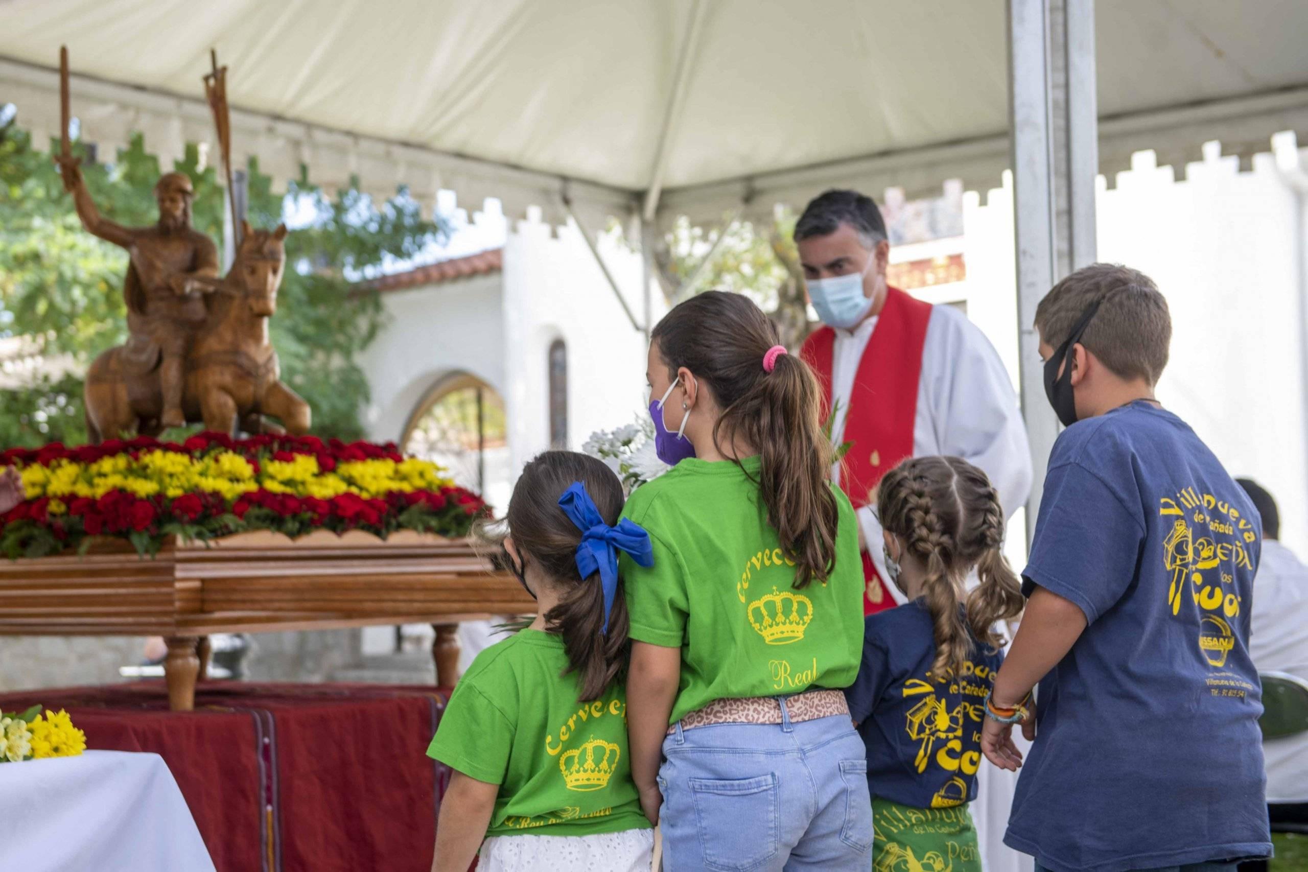 Momento de la ofrenda floral a cargo de un grupo de niños de las peñas Los Cucos y Los Despernaos.
