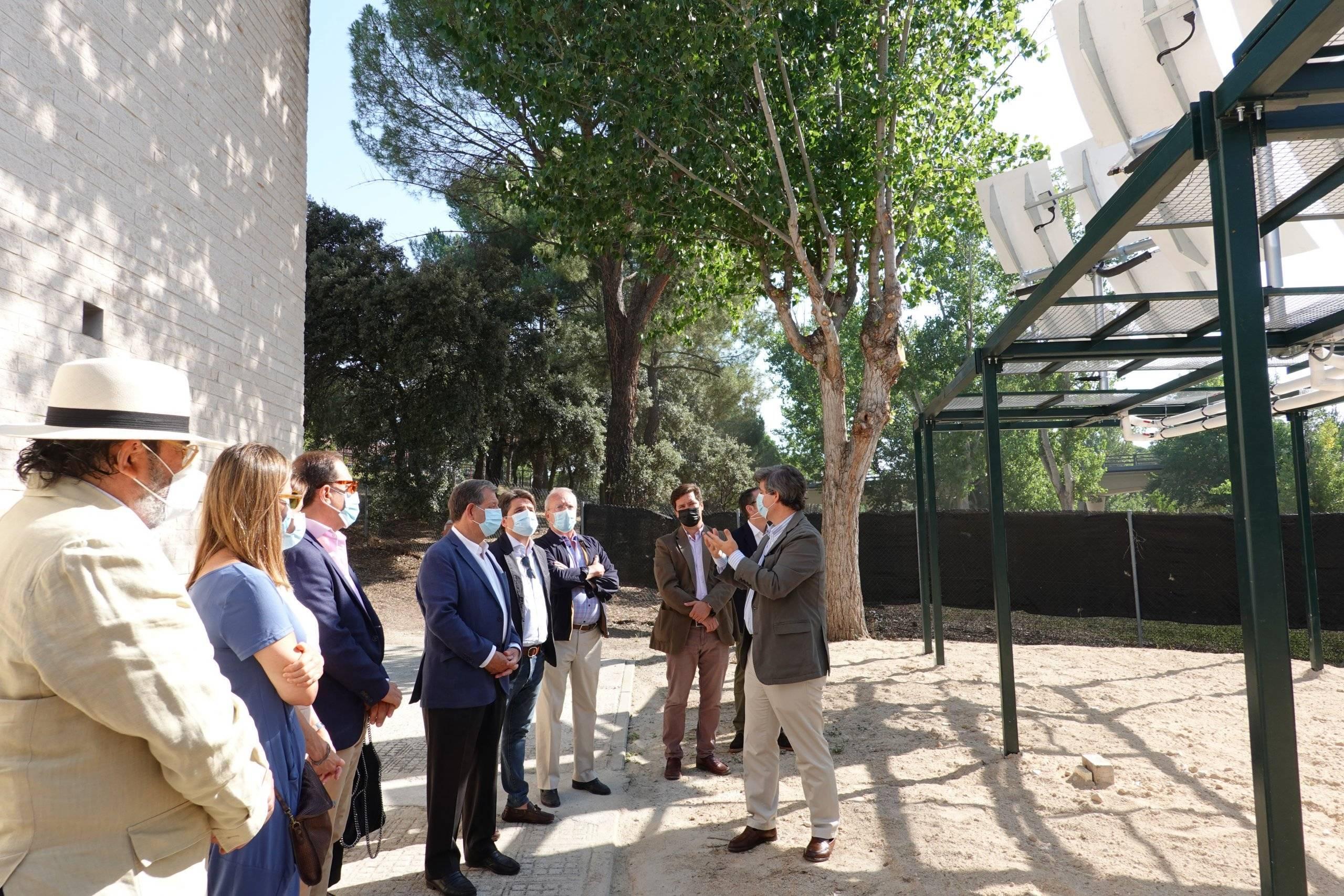 El director general de TCT explicando a las autoridades el funcionamiento de los concentradores solares.