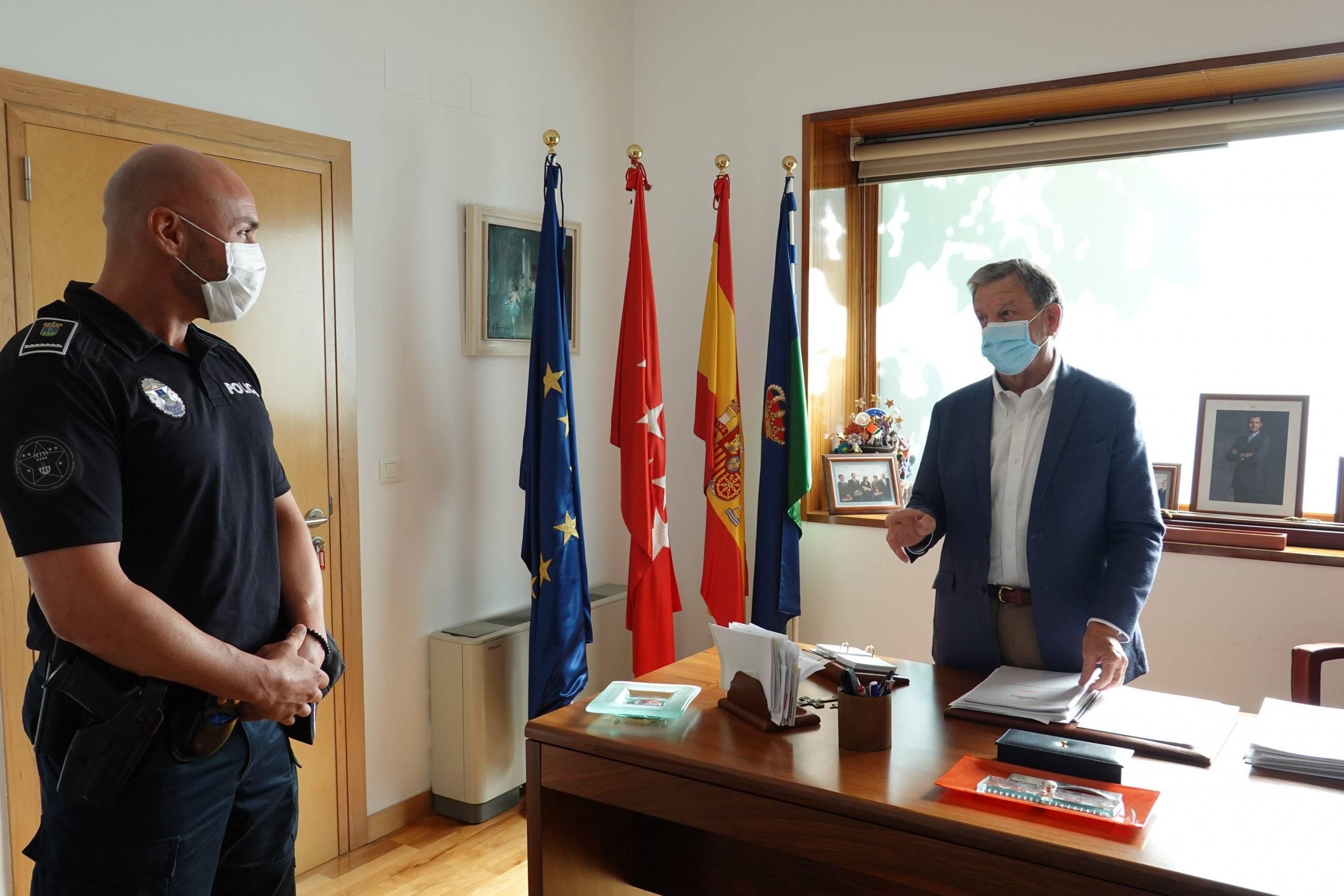El alcalde, Luis Partida, dirigiéndole unas palabras al nuevo oficial de la Policía Local.