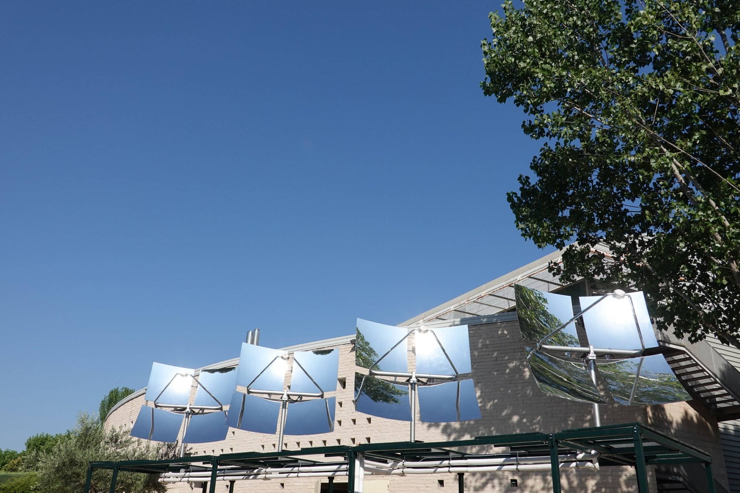 Imagen de los concentradores solares en el Polideportivo Santiago Apóstol.
