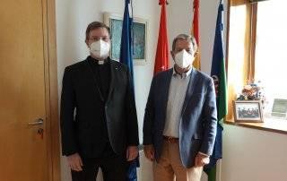 El alcalde, Luis Partida, junto al vicario general y moderador de curia de la Diócesis de Getafe, Francisco Javier Mairata de Anduiza.