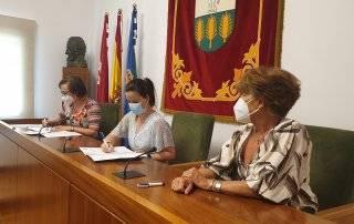 La concejala de Salud, Consumo y Bienestar Animal, Beatriz Peralta, con la presidenta de la Fundación de Ayuda a los Animales, Anni Platzbecker, y la vicepresidenta, Mercedes Marsán.