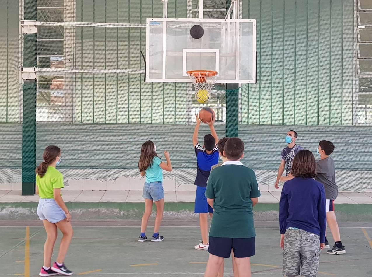 Participantes en las actividades deportivas del Minicampus de verano.
