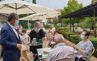 Imagen de la visita del alcalde a la cafetería del C.C. El Molino.
