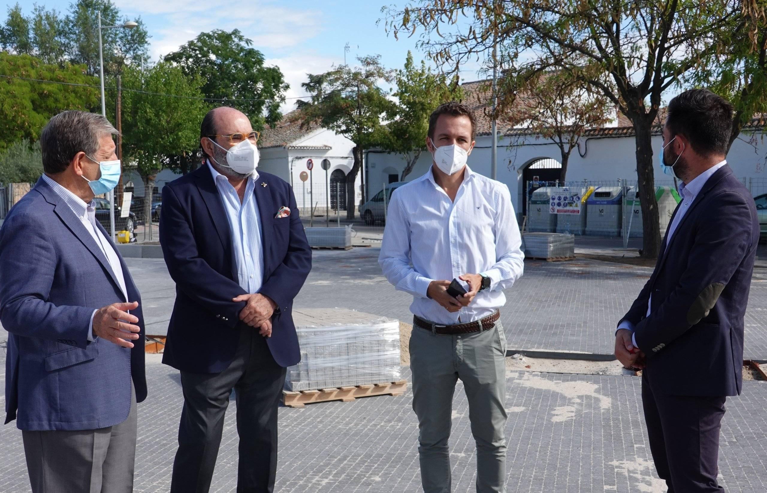 El alcalde, Luis Partida, junto a uno de los técnicos municipales y concejales.