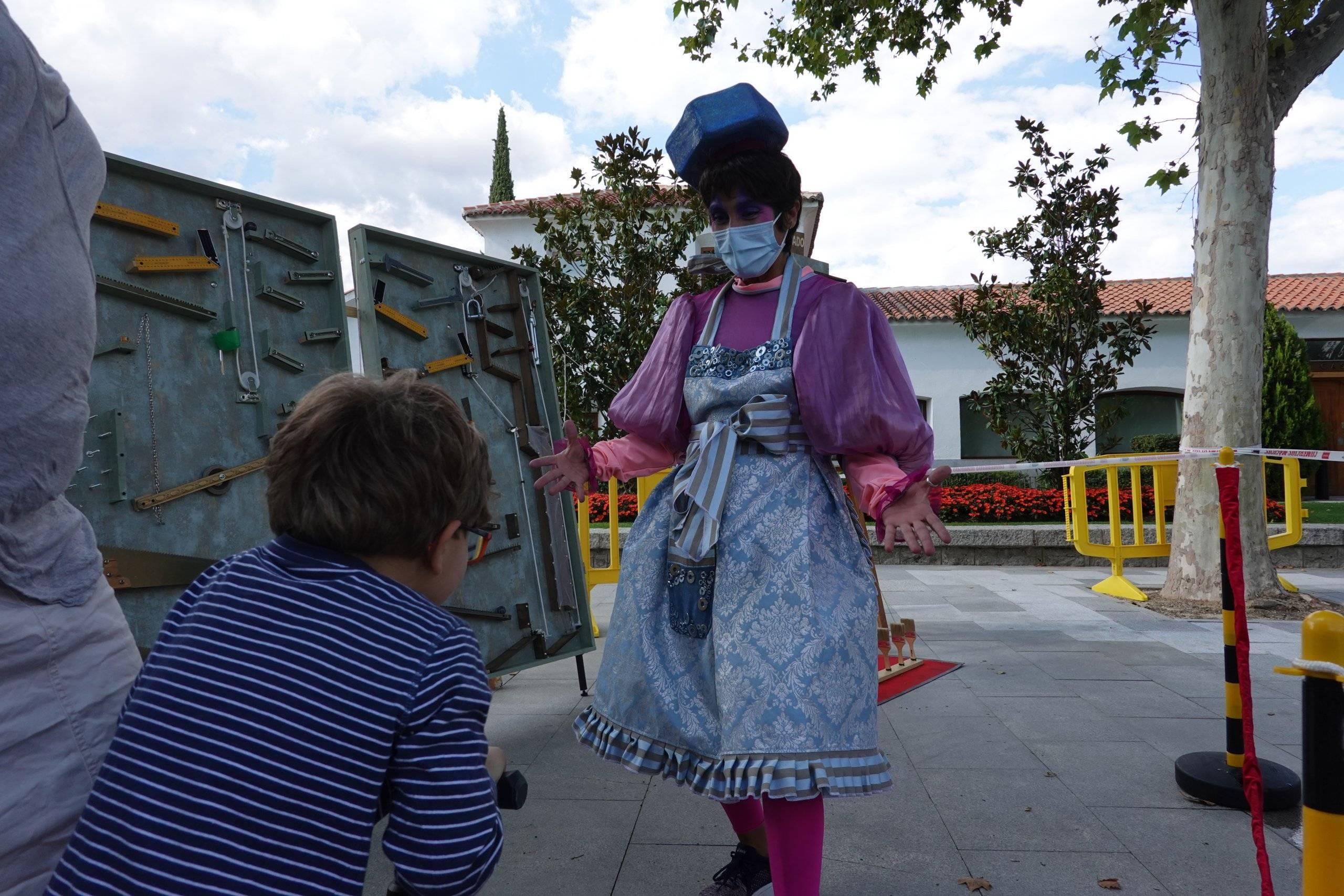 Niño participando en uno de los juegos organizados junto a la animadora.