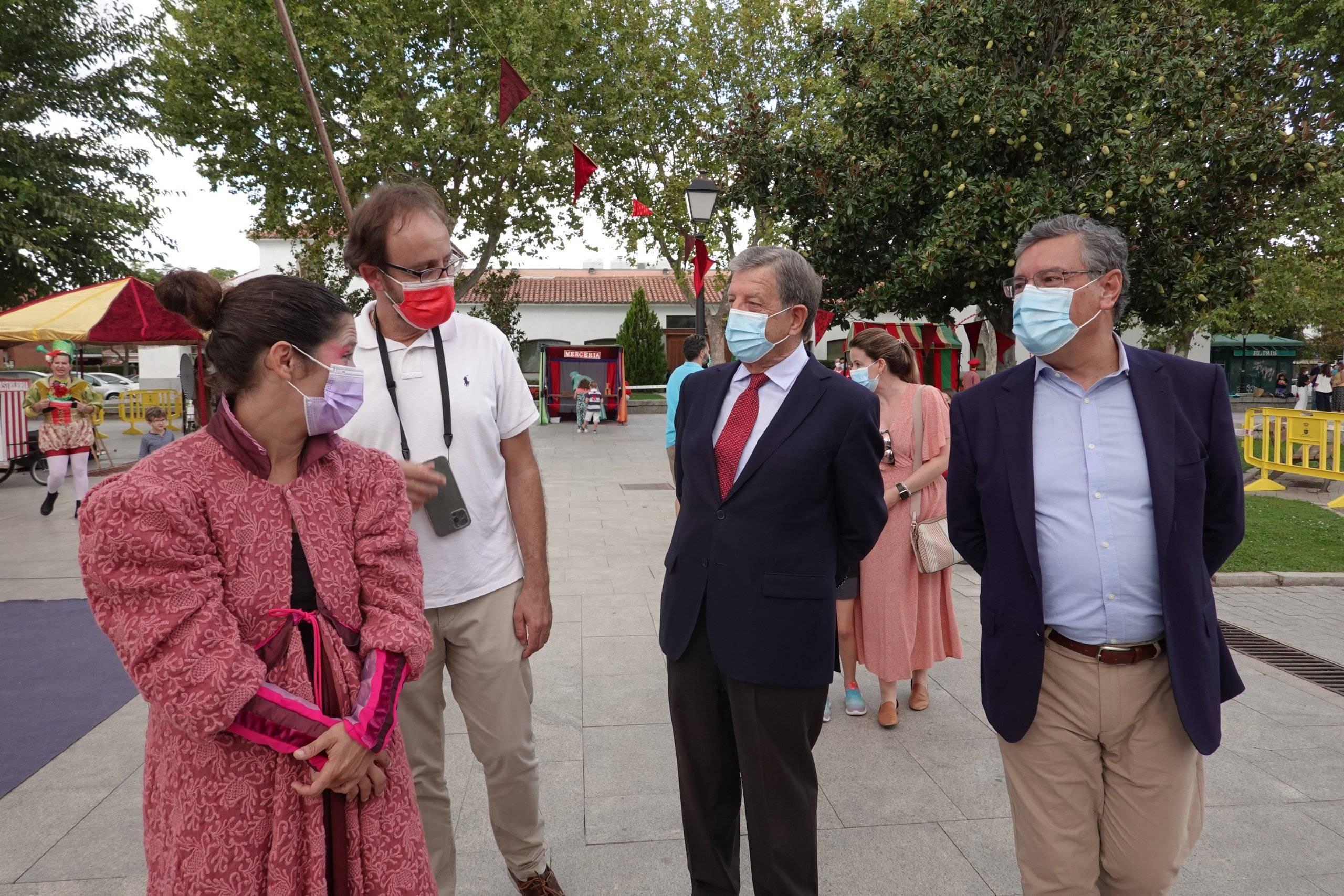 Autoridades locales visitando la Feria de la Fantasía.