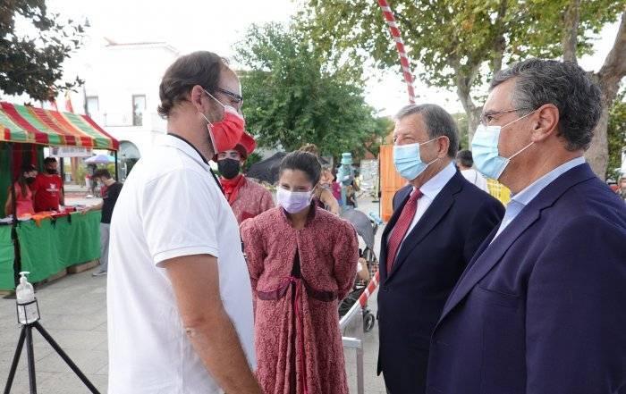 El alcalde y el concejal de Desarrollo Local, junto a los organizadores de la feria.
