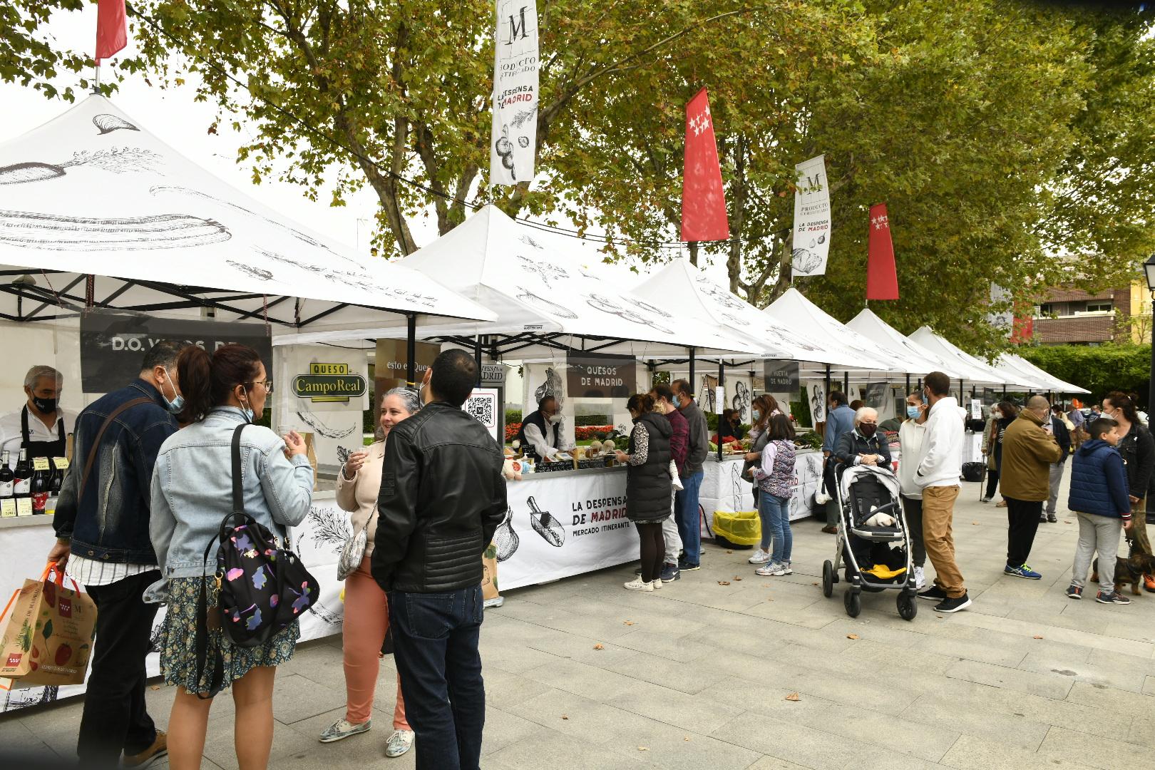 Público visitando el mercado itinerante de productos de Madrid.