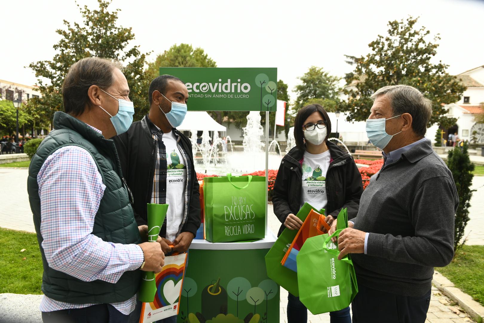 El alcalde y el concejal de Medio Ambiente, en el stand de Ecovidrio.