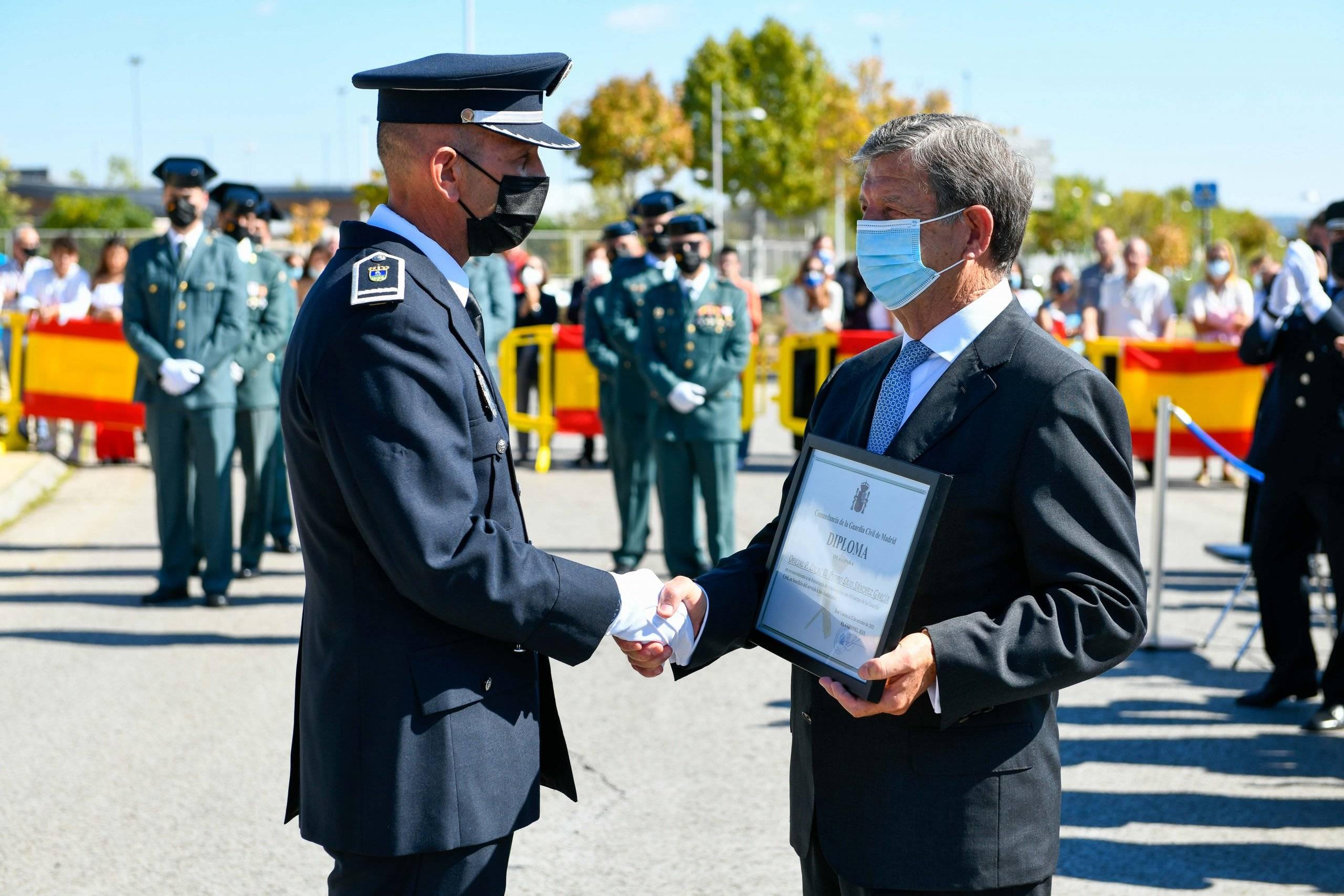 El alcalde entrega un diploma a uno de los policías locales galardonados por la Guardia Civil.