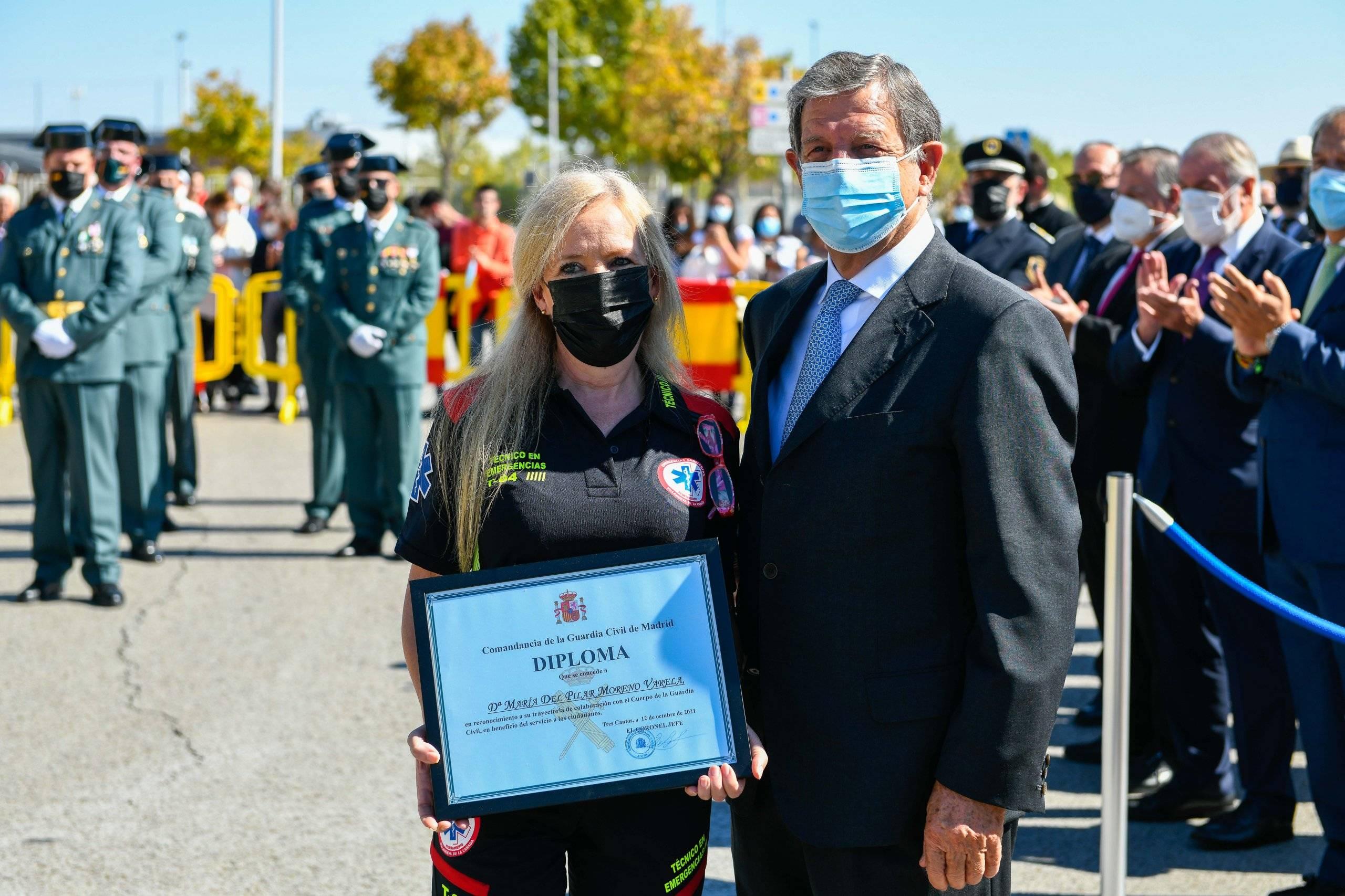 El alcalde junto a la técnica del Servicio Municipal de Emergencias Sanitarias galardonada por la Guardia Civil.
