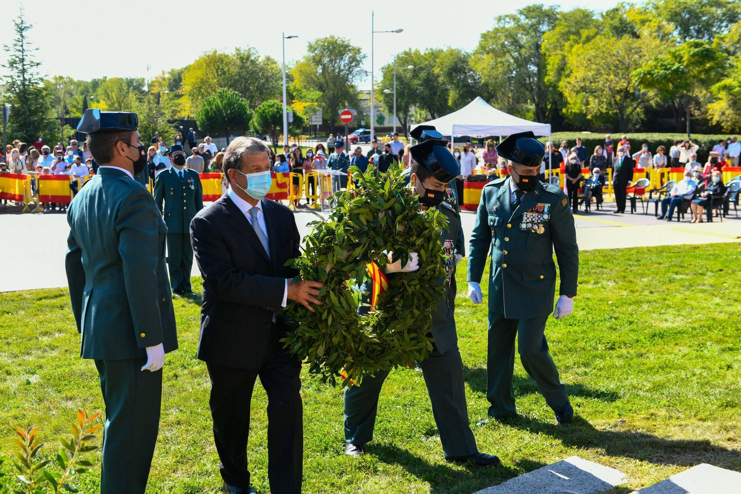 Momento de la ofrenda floral en homenaje a los caídos por España.