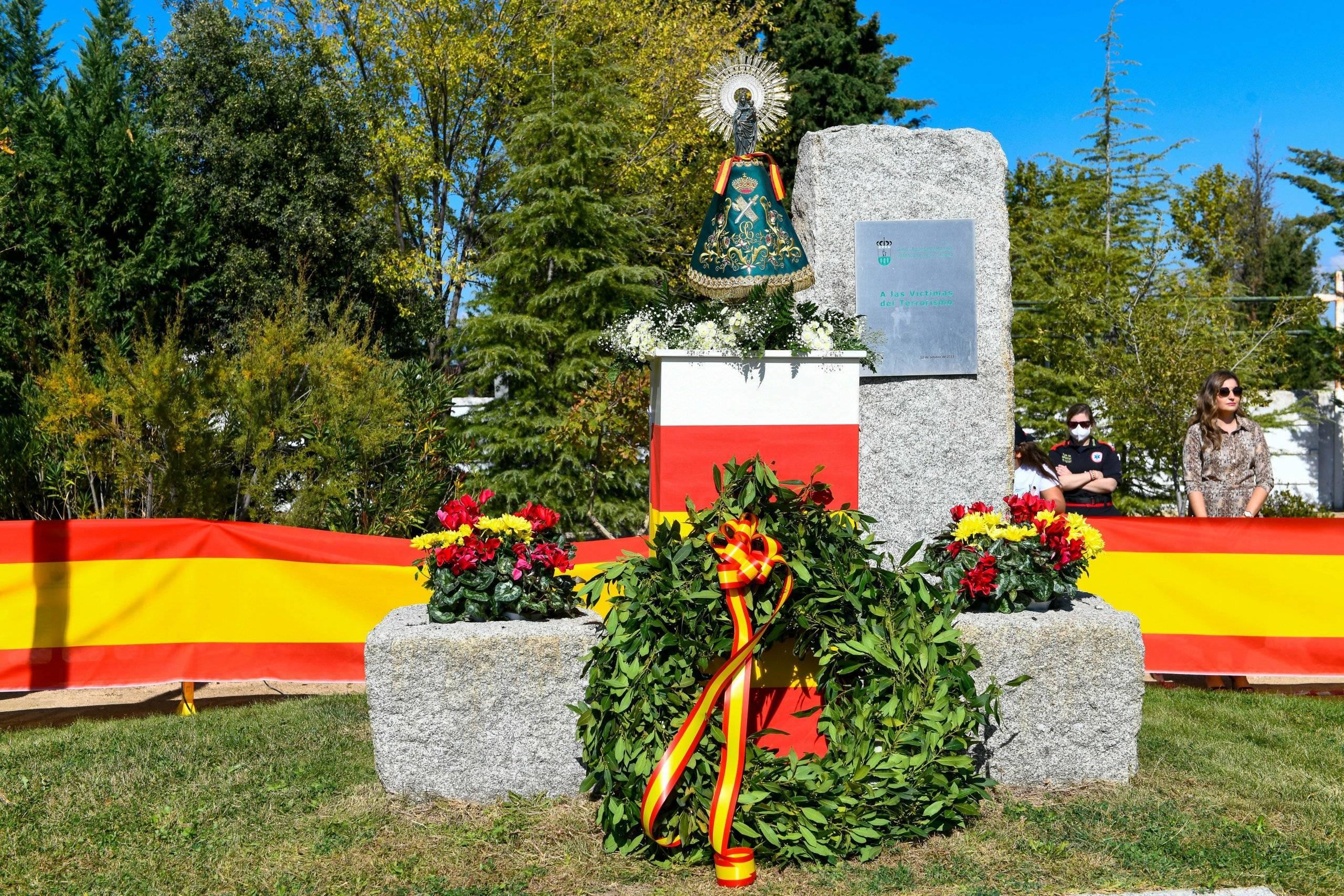 Ofrenda floral en homenaje a los caídos por España junto a la imagen de la Virgen del Pilar.