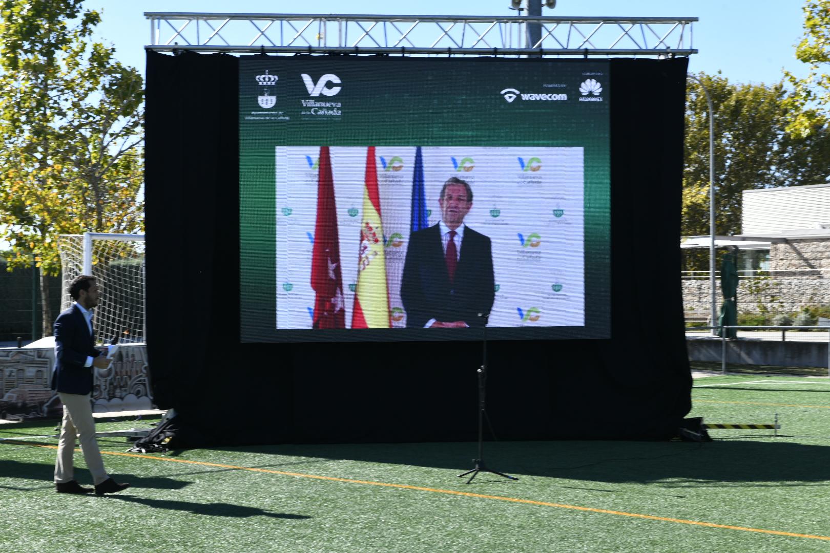 El alcalde, Luis Partida, dando la bienvenida a los asistentes al acto mediante una videoconferencia.