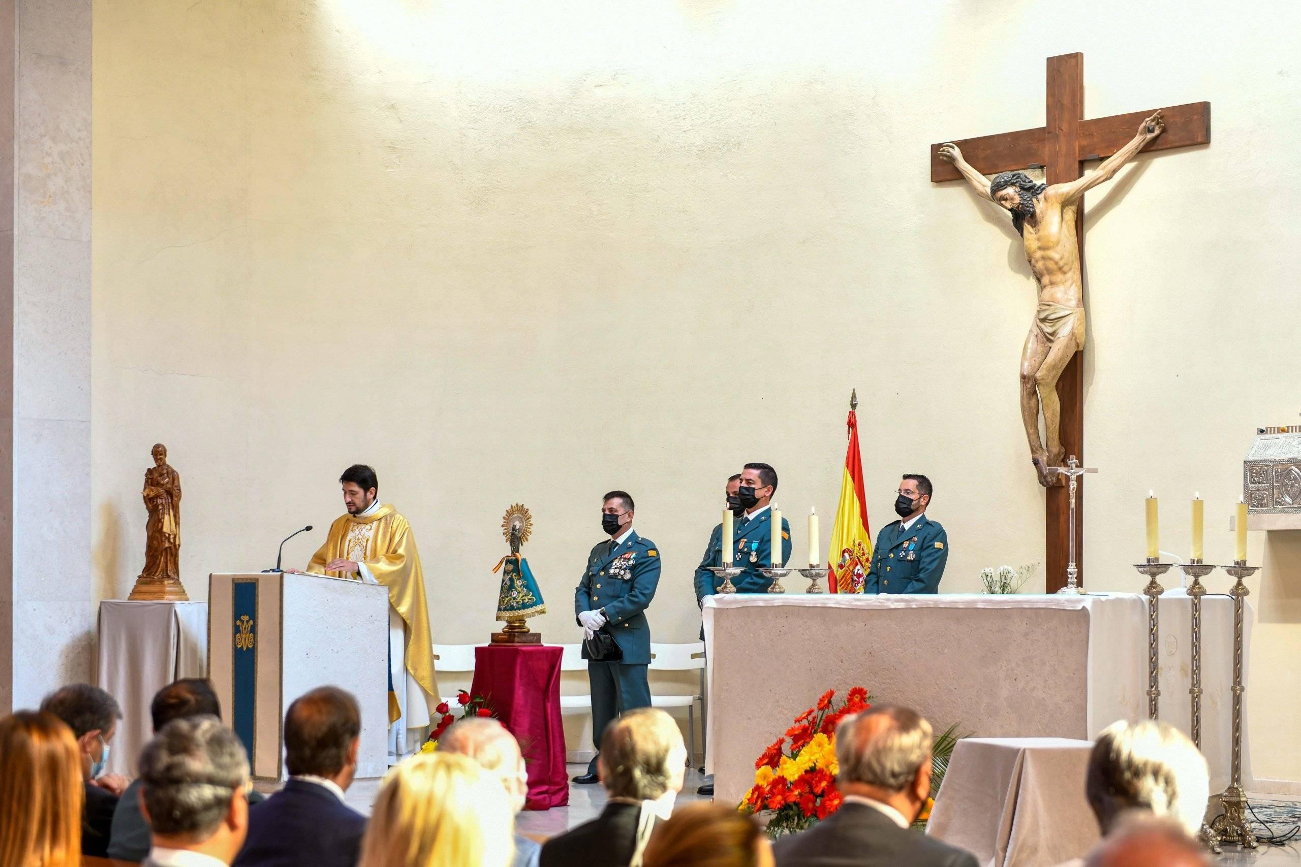 Misa en honor a la Virgen del Pilar en la parroquia San Carlos Borromeo.