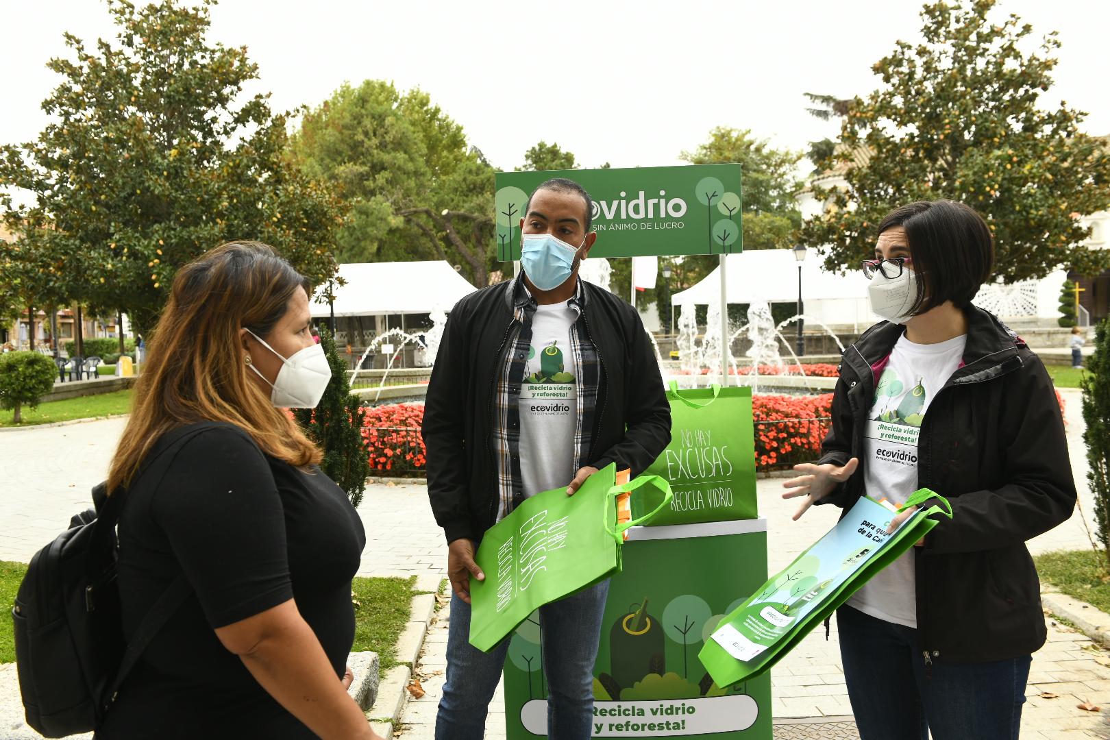 Los educadores de Ecovidrio informando a una vecina sobre la campaña..