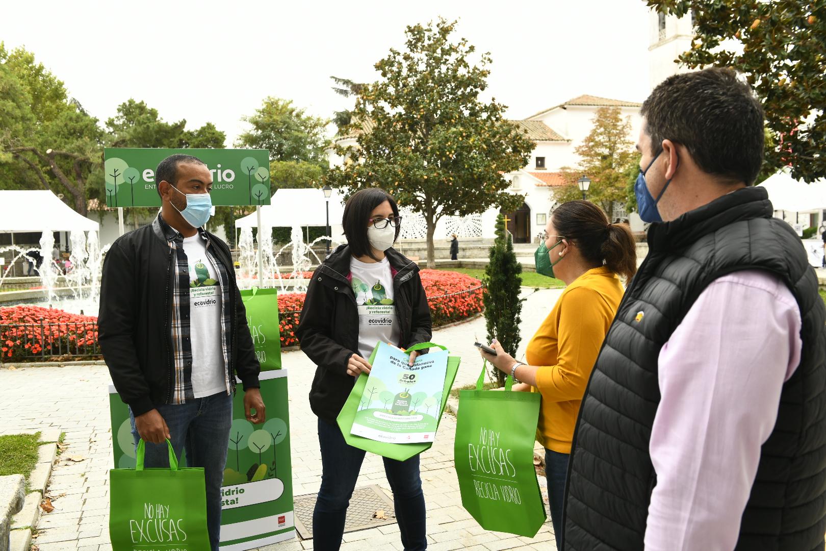 Los educadores de Ecovidrio informando a los vecinos sobre la campaña.