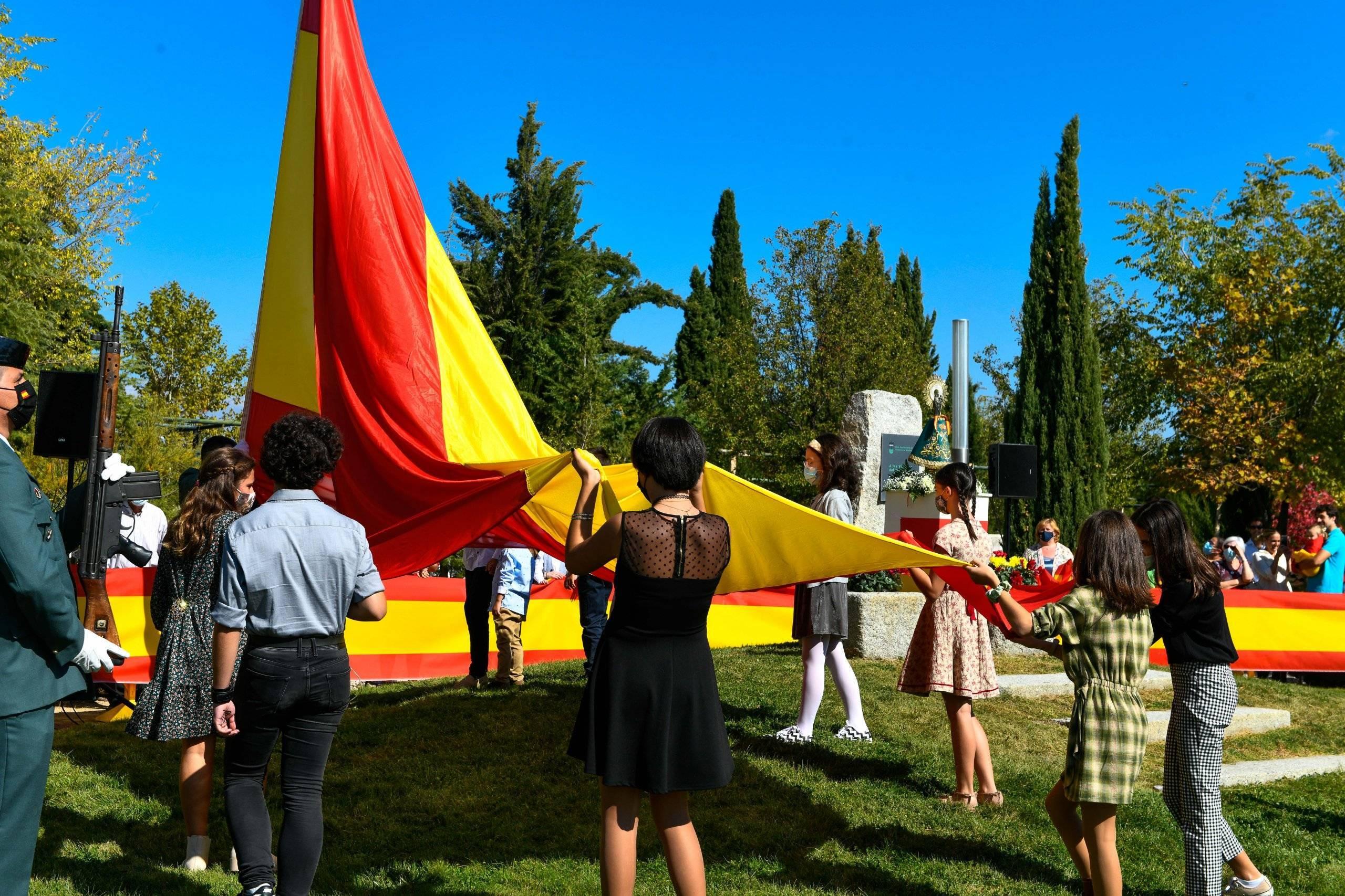 Momento del izado de la bandera de España.