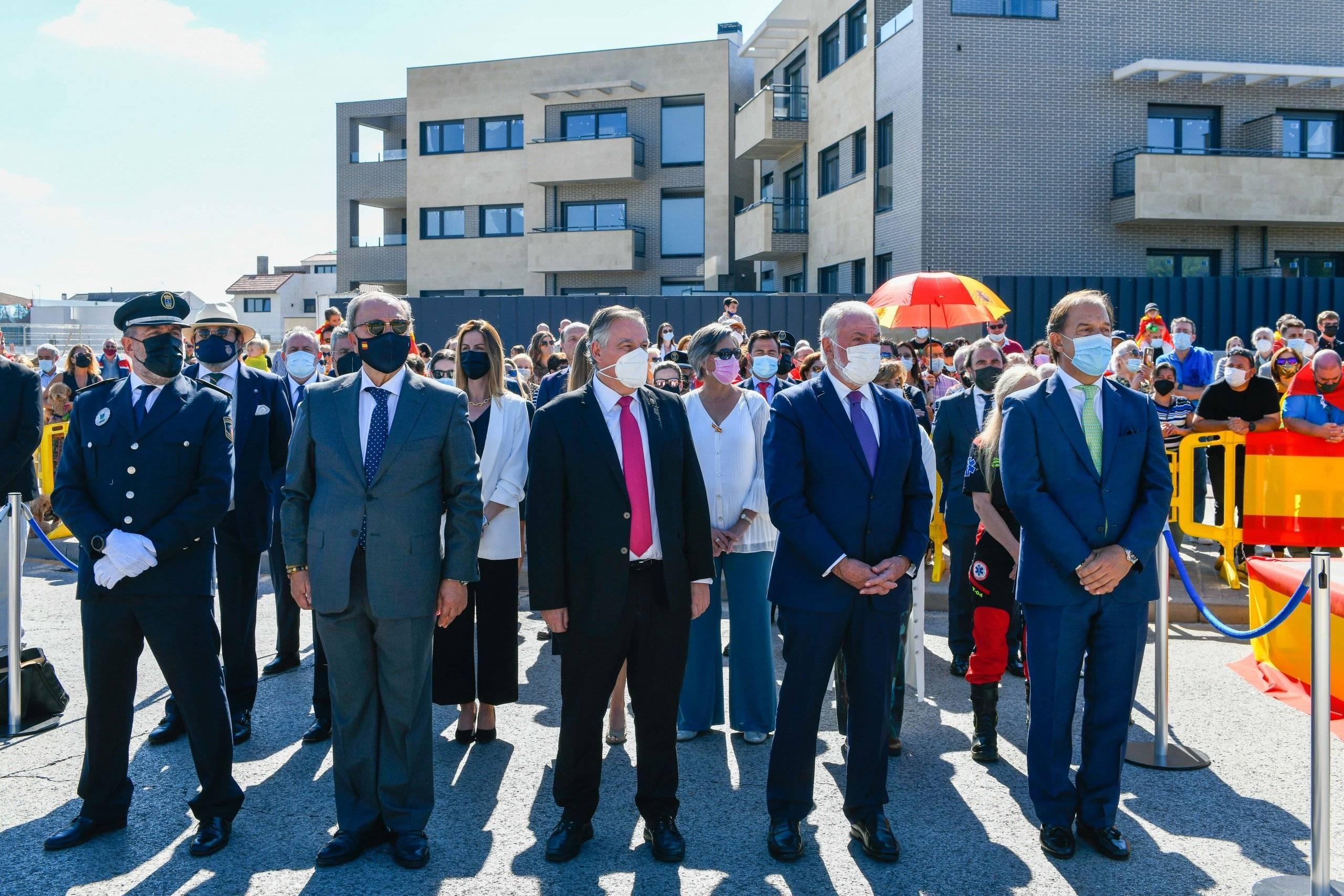 Autoridades y personalidades presentes en el acto.