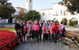 Alcalde y concejales junto a los integrantes de la Delegación Local de la Asociación Española contra el Cáncer y del Club de Marcha Nórdica de Villanueva de la Cañada.