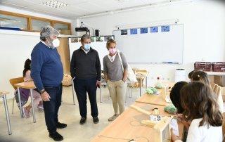 El alcalde, Luis Partida, y la concejala de Familia, Patricia Fernández visitando el taller.