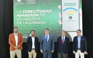 El alcalde, Luis Partida, el concejal de Nuevas Tecnologías, José Luis López, y el viceconsejero de Administración Local y Digital, José Antonio Sánchez Serrano, junto a directivos de Huawei y Wavecom.