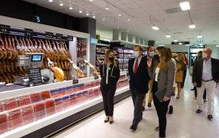 Alcalde y concejales visitando el nuevo supermercado de Mercadona en el municipio.