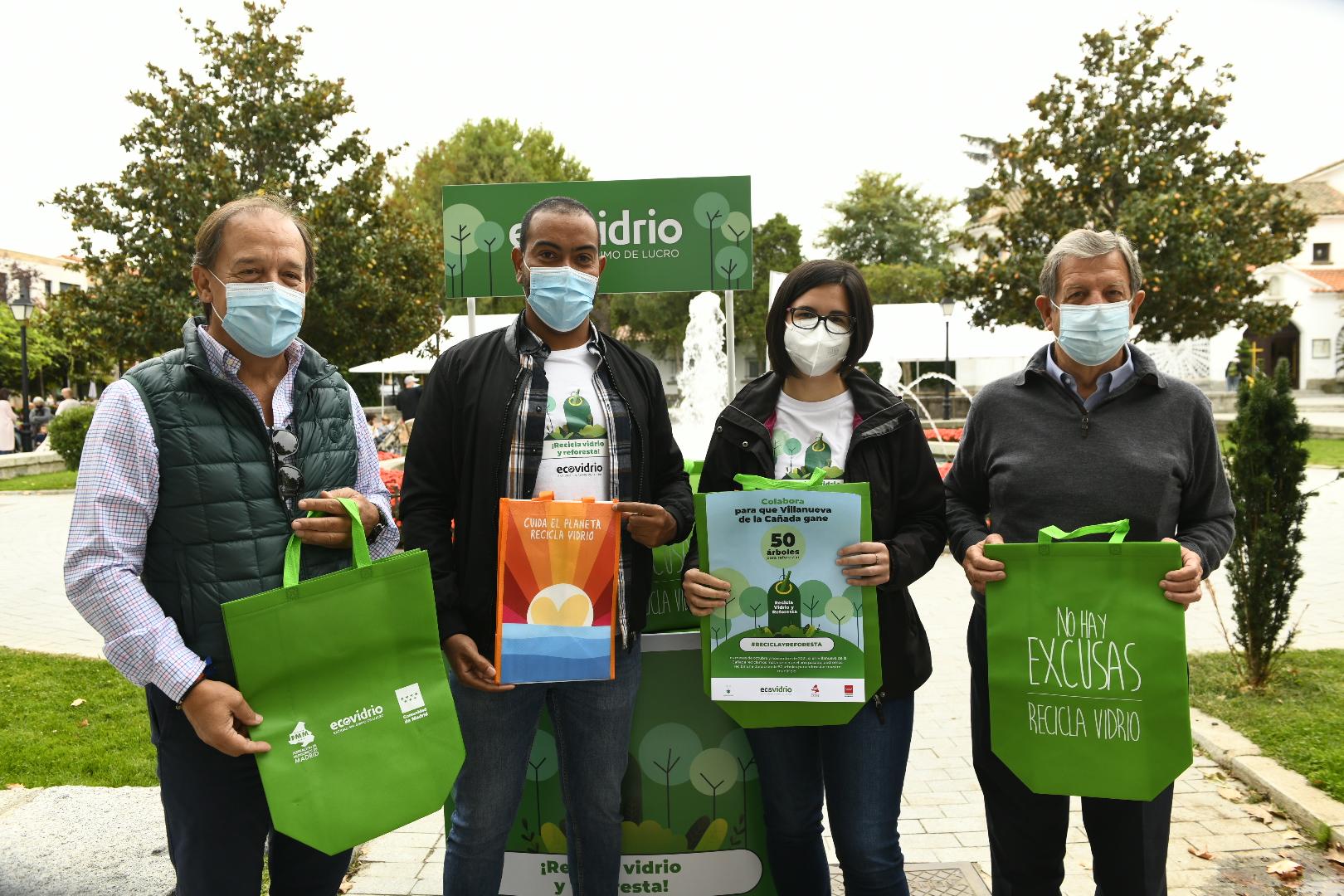 El alcalde y el concejal de Medio Ambiente posando junto a los dos educadores ambientales de Ecovidrio.