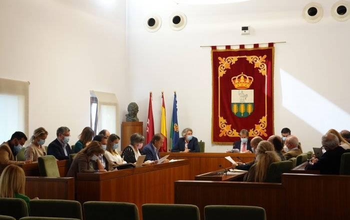 Alcalde y concejales en el Salón de Plenos.