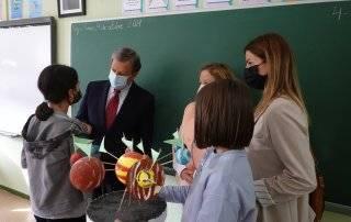 El alcalde, Luis Partida, y la concejala de Educación, Cristina Hernández, durante la visita a uno de los centros educativos.